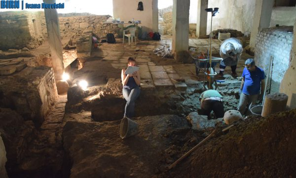 Arkeologët punojnë poshtë Pallatit të Kulturës në Durrës. 4 qershor 2016