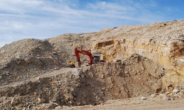 Eskavatorë duke gërruar për pllaka guri, Mali i Tomorrit. Foto: Lindita Çela/BIRN