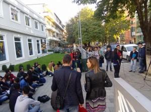 Studentë duke protestuar para Drejtorisë së Policisë në Tiranë më 1 nëntor 2015. Foto: Facebook