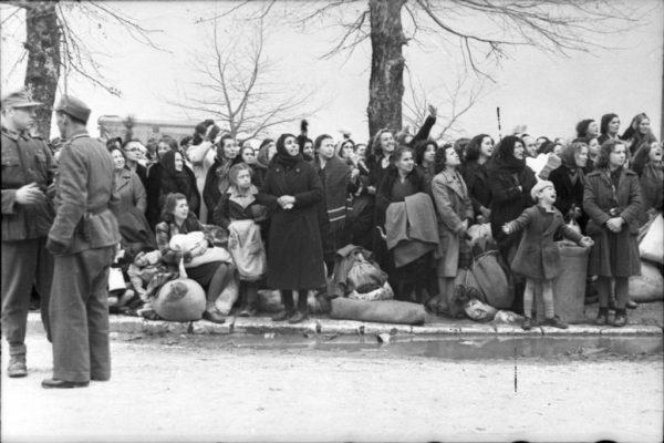 Hebrejtë e Janinës dukue u deportuar nga nazistët drejt kampeve të vedkjes në vitin 1944