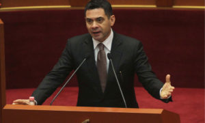 Ministri i Financave Arben Ahmetaj, duke folur gjatë një seance parlamentare më 20 tetor 2016. Foto: LSA / MALTON DIBRA