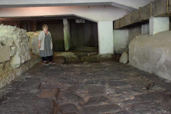Arkeologia franceze prof. Abadie Reynal përgjatë një rruge romake në Pallatin e Kulturës në Durrës.