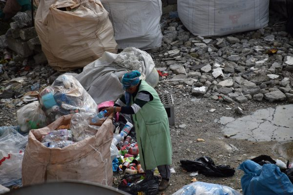 Një grua rome në Selitë duke grumbulluar materiale plastike | Foto nga : Ivana Dervishi