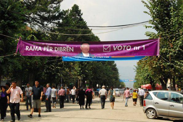 Shëtitorja kryesore e Peshkopisë, pak ditë para zgjedhjeve për kryebashkiakun. Foto:Lindita Çela