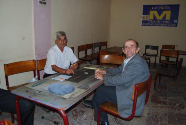 Fejzi Saraçi dhe Ridvan Sina duke luajtur domino në qendrën e të moshuarve në Peshkopi. Foto:Lindita Çela