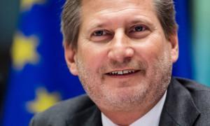Komisioneri i BE-së për Politikën Europiane të Fqinjësisë dhe Negociatave të Zgjerimit Johannes Hahnduke folur në Komitetin e Punëve të Jashtme të Parlamentit Europian në Bruksel më 10 nëntor 2015. (AP Photo/Geert Vanden Wijngaert)