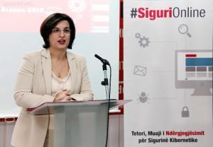 Ministrja e Inovacionit, Milena Harito, gjatë ceremonisë së ndarjes së diplomave për studente të Agjencisë Kombetare për Sigurinë Kompjuterike. | Foto nga : LSA
