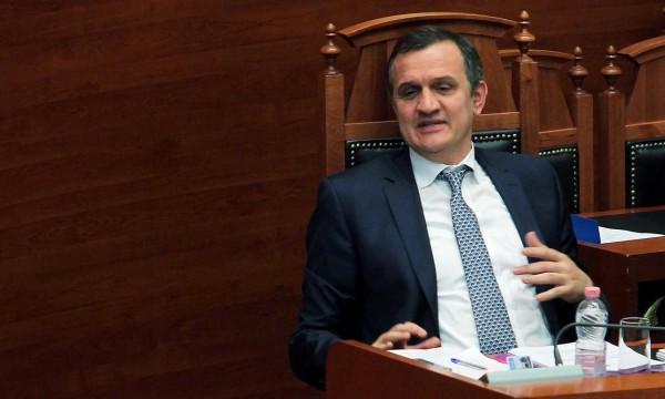 Ministri i Shëndetsisë Ilir Beqaj gjatë një seance parlamentare | Foto nga : LSA