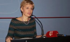 Zëvendësministrja e Financave Irena Beqiraj duke deklaruar më 17 tetor rritjen e të ardhurave nga skema e ndalimit të shitjes me pakicë të prodhimeve bujqësore drejtpërsëdrejti nga fermerët. Foto: LSA