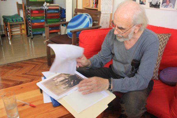Isak Dostis me dokumente që ka mbledhur nga historia e komunitetit hebre të Janinës | Foto nga : Altin Raxhimi