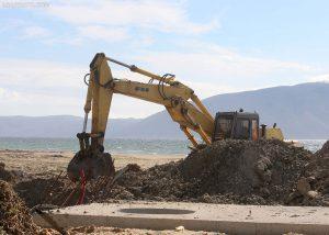 Një ekskavator duke punuar në projektin e Lungomares në Vlorë, ku punimet vijojnë të ecin ngadalë mbi një vit përtej afatit kontraktual të punimeve. Foto e 15 majit 2016. Gent Shkullaku/LSA