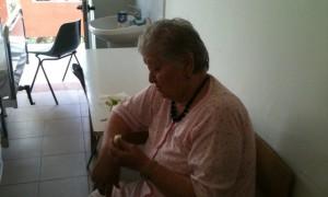 Mira, një paciente në QSUT ankohet që pas dy ditësh në spital akoma çarçafët nuk janë ndruar   Foto nga Ola Mitre