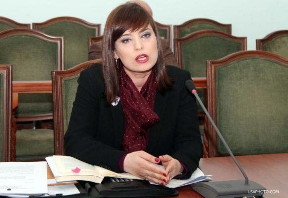 Avokatja e Shtetit Alma Hicka duke dëshmuar përpara komisionit hetimor parlamentar për çështjen CEZ | Foto nga : LSA