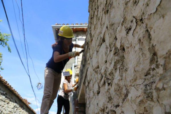 Studentët marrin pjesë në restaurimin e një muri në lagjjen Gorië në Berat   Foto nga : Eriola Azizolli