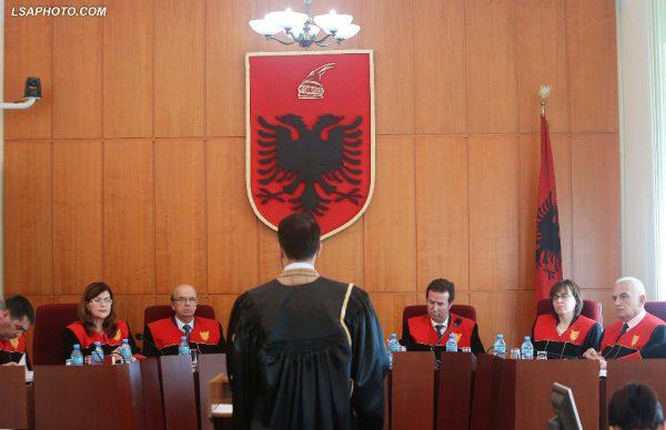 Kryetari i Gjykatës Kushtetuese Bashkim Dedja, anetarët Vladimir Kristo dhe Sokol Berberi, gjatë një seance gjyqësore në Gjykatën Kushtetuese | Foto nga : LSA