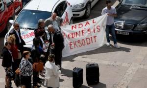 Protestë e punonjësve të adminsitratës të larguar nga detyra pas zgjedhjeve të 2013, gjatë çeljes se Panairit të Punës 2015, ne Pallatin e Kongreseve. | Foto : LSA