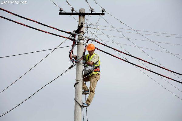 Elektricistë, gjatë inaugurimit të investimet që po kryhen ne zonën e Bathores, Paskuqanit dhe Babrruse në Tiranë, me një vlerë 1.7 miliardë lekë  Foto nga : LSA